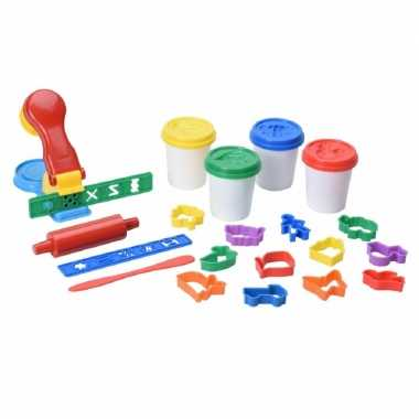 Klei met vormpjes en pers creatief speelgoed voor kinderen